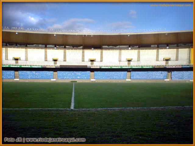 Vista do Maranã de dentro do gramado ou campo de futebol