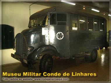antigo caminhão de transporte militar