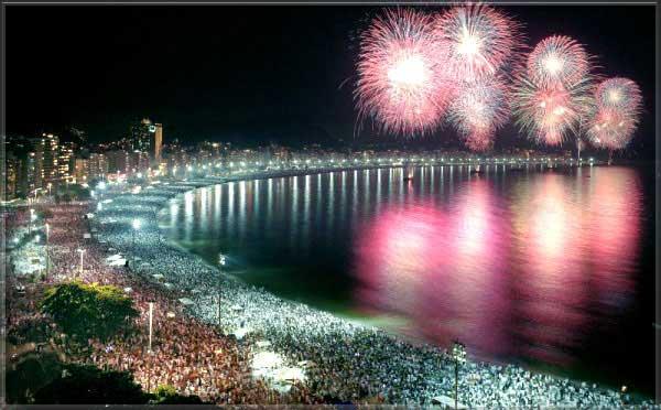 A multidão celebra a chegada do ano novo no Reveillon em Copacabana